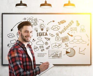 Typ vor Whiteboard mit toller Idee für Webhoster Auswahl seines Startups